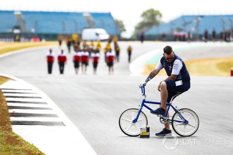 Un membro del team Williams fermo in pista