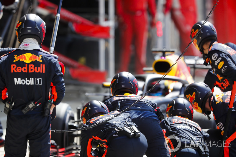 Daniel Ricciardo, Red Bull Racing RB14 makes a pitstop