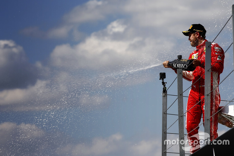 Sebastian Vettel, Ferrari, fête sa victoire avec le champagne