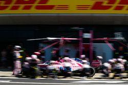 Esteban Ocon, Force India VJM11, dans les stands
