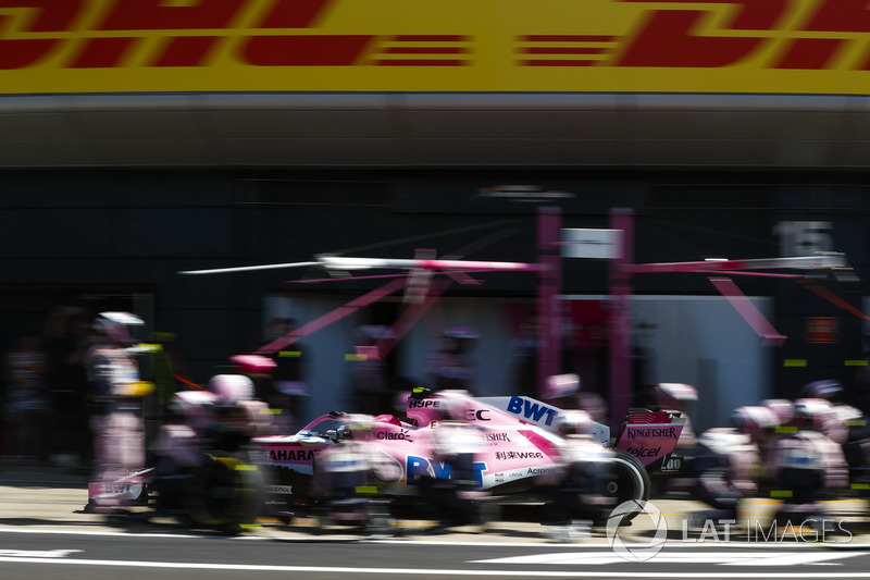 Esteban Ocon, Force India VJM11, ai box