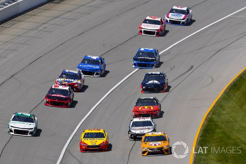 Joey Logano, Team Penske, Ford Fusion Shell Pennzoil ed Erik Jones, Joe Gibbs Racing, Toyota Camry DeWalt