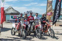 En el centro, Skyler Howes, primer inscrito del Dakar 2019