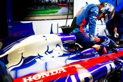 Brendon Hartley, Toro Rosso, s'installe dans sa monoplace