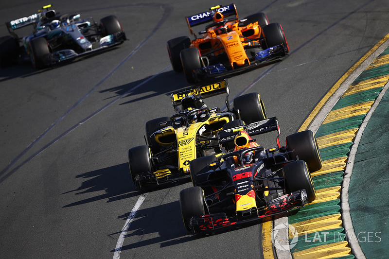 Max Verstappen, Red Bull Racing RB14 Tag Heuer, voor Nico Hulkenberg, Renault Sport F1 Team R.S. 18, Stoffel Vandoorne, McLaren MCL33 Renault, en Valtteri Bottas, Mercedes AMG F1 W09