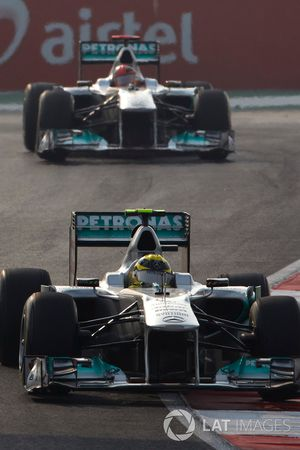 Nico Rosberg, Mercedes GP W02, devance Michael Schumacher, Mercedes GP W02