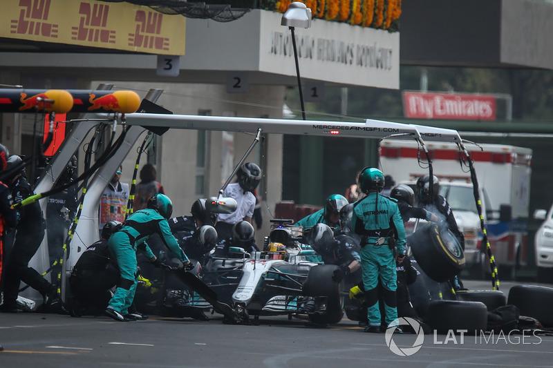 Hamilton entra nos boxes, troca os pneus e volta para a pista