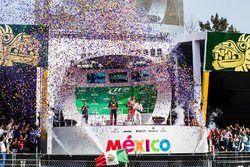 المنصة: الفائز بالسباق ماكس فيرشتابن، ريد بُل ريسينغ، المركز الثاني فالتيري بوتاس، مرسيدس، المركز ال