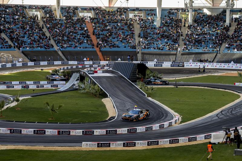 Juan Pablo Montoya y Helio Castroneves con el Whelen NASCAR