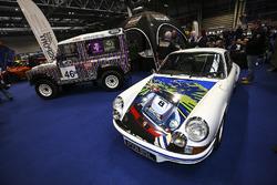 Een Porsche en Land Rover op de beursvloer