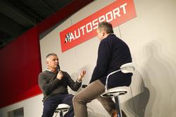 Gil de Ferran in gesprek met Henry Hope-Frost op de beursvloer van Autosport