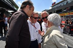 Gerhard Berger, Derek Warwick, Burkhard Hummell, WWP Agency en Bernie Ecclestone, op de grid