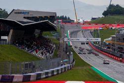 Callum Ilott, ART Grand Prix lidera en la curva uno al comienzo de la carrera