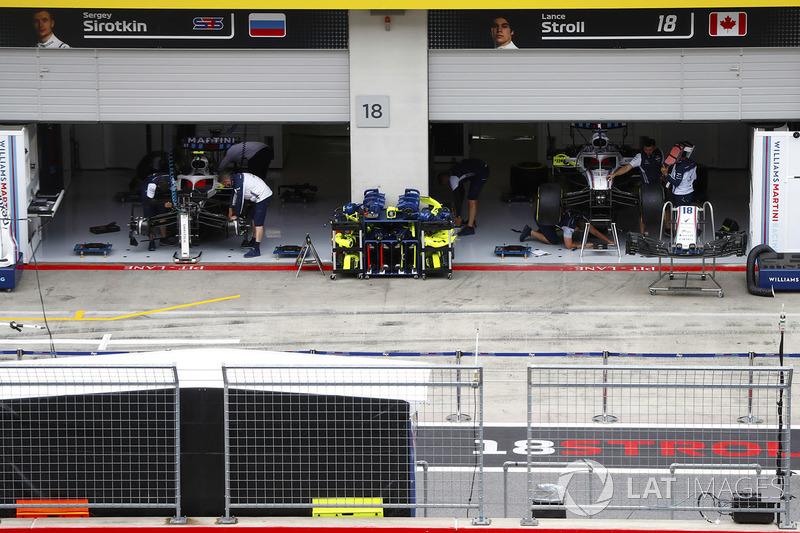 L'activité du garage Williams où les membres de l'équipe travaillent sur les voitures de Lance Stroll, Williams FW41 et Sergey Sirotkin, Williams FW41