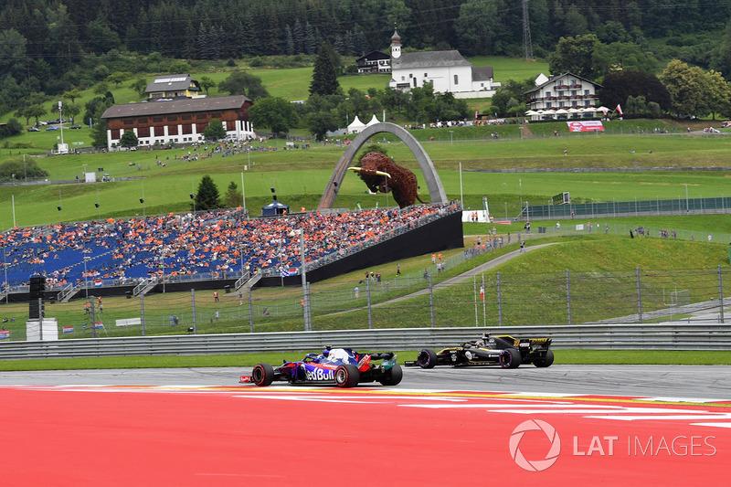 Pierre Gasly, Scuderia Toro Rosso STR13 y Carlos Sainz Jr., Renault Sport F1 Team R.S. 18