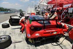 #64 Scuderia Corsa Ferrari 488 GT3, GTD: Bill Sweedler, Townsend Bell, Frankie Montecalvo pit stop