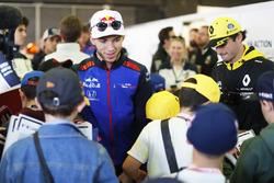 Pierre Gasly, Toro Rosso, con los niños de la parrilla