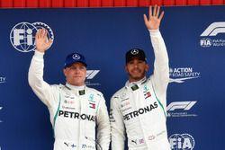 Ganador de la pole Lewis Hamilton, Mercedes-AMG F1 y Valtteri Bottas, Mercedes-AMG F1 celebra en parc ferme
