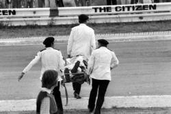 Los miembros de St John Ambulance y otros rescatistas se llevan el cuerpo de Tom Pryce, Shadow