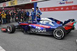 Pierre Gasly, Scuderia Toro Rosso STR13 e Brendon Hartley, Scuderia Toro Rosso STR13, con la nuova Scuderia Toro Rosso STR13