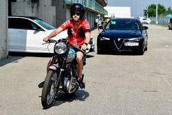 Sebastian Vettel, Ferrari en su moto Triumph