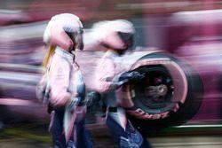 Sergio Perez, Force India VJM11, pit stop action