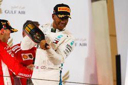 Lewis Hamilton, Mercedes AMG F1, 3° classificato, festeggia con il Waard, sostitutivo analcolico dello Champagne, sul podio