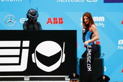L'EJ joue avec des danseurs sur le podium