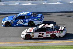 Kyle Larson, Chip Ganassi Racing Chevrolet Camaro en Brad Keselowski, Team Penske Ford Fusion