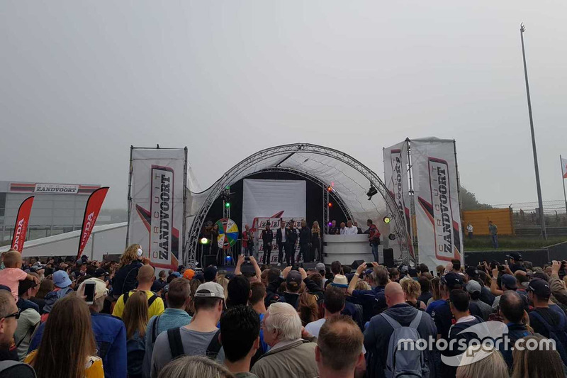 Max Verstappen, Daniel Ricciardo et David Coulthard sur le podium