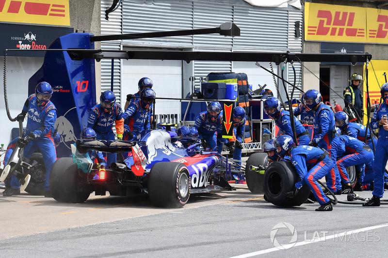 Pierre Gasly, Scuderia Toro Rosso STR13, hace un pit stop