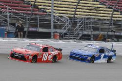Kyle Busch, Joe Gibbs Racing, Toyota Camry Maltesers an Elliott Sadler, JR Motorsports, Chevrolet Ca