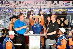 Scott Dixon, Chip Ganassi Racing Honda celebra la victoria en el carril de la victoria con seis pistolas