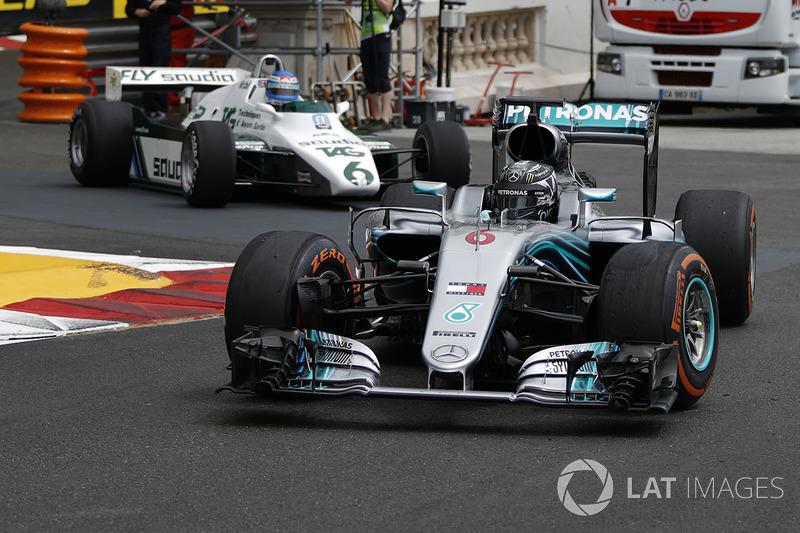 Nico Rosberg, Mercedes-Benz F1 W07 Hybrid precede Keke Rosberg, Williams FW08