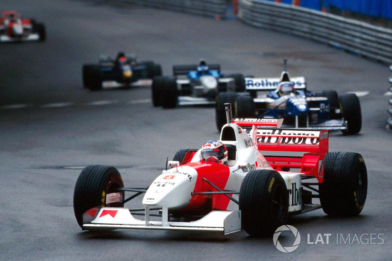 David Coulthard, McLaren MP4/11B, avec le casque de Michael Schumacher