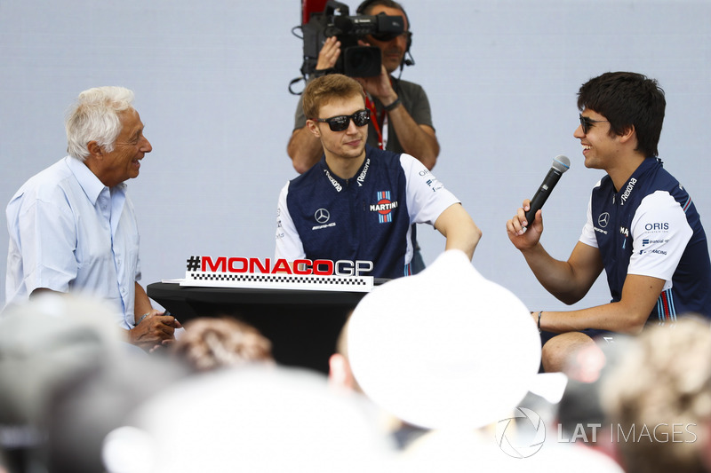 Bob Constanduros discute avec Lance Stroll, Williams Racing, et Sergey Sirotkin, Williams Racing, sur scène