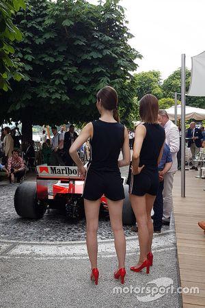 Modelle con la McLaren MP4/2B
