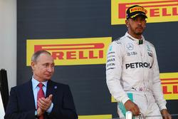 Podium : Vladimir Poutine, Président de la Fédération de Russie, et le deuxième, Lewis Hamilton, Mercedes AMG F1 Team