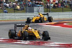 Kevin Magnussen, Renault Sport F1 Team RS16 leads team mate Jolyon Palmer, Renault Sport F1 Team RS1