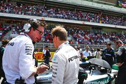(L to R): Andrew Shovlin, Mercedes AMG F1 Engineer with Nico Rosberg, Mercedes AMG F1 on the grid
