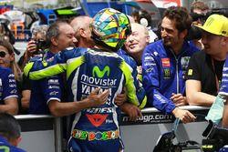 Pol pozisyonu sahibi Valentino Rossi, Yamaha Fabrika Yarış Takımı ve Silvano Galbusera ve Luca Cadal
