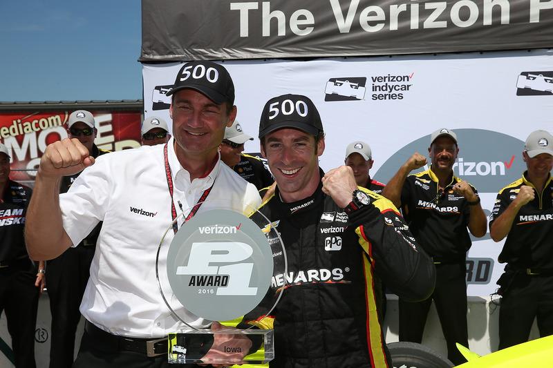 Ganador de la pole Simon Pagenaud, Team Penske Chevrolet con Tim Cindric