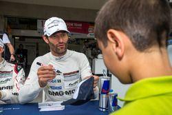 Porsche Team: Mark Webber con aficionados