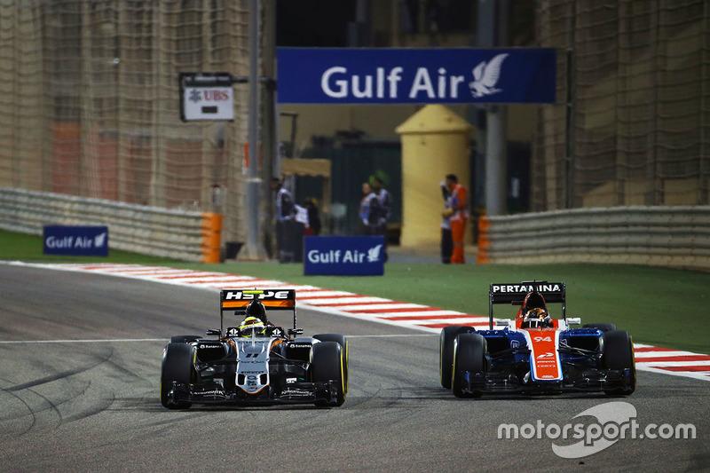 Sergio Perez, Sahara Force India F1 VJM09 and Pascal Wehrlein, Manor Racing MRT05