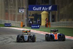 Серхио Перес, Sahara Force India F1 VJM09 и Паскаль Верляйн, Manor Racing MRT05