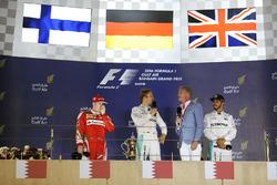 Podium : le vainqueur Nico Rosberg, Mercedes AMG F1 Team, le 2e Kimi Räikkönen, Ferrari, et le 3e Lewis Hamilton, Mercedes AMG F1 Team, avec David Coulthard, conseiller de Red Bull Racing et de la Scuderia Toro et commentateur F1 pour Channel 4