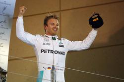 Le vainqueur Nico Rosberg, Mercedes AMG F1 fête sa victoire sur le podium