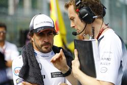 Fernando Alonso, McLaren habla con el ingeniero Mark Temple