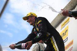 Podio: Ganador de la carrera, Aron Smith, BKR celebra con champagne