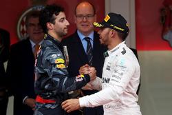 Daniel Ricciardo, Red Bull Racing félicite Lewis Hamilton, Mercedes AMG F1